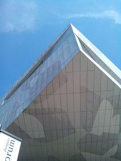 CaixaForum Zaragoza es un nuevo centro cultural y social de la Fundación 'La Caixa', ubicado en un emblemático y vanguardista edificio formado por dos grandes cubos suspendidos a diferente nivel, que albergan las salas de exposiciones. #caixaforum #zaragoza