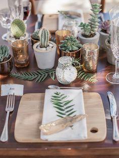Hochzeitsinspiration mediterran Tischdeko mit Sukkulenten und Kakteen mit Gold und Beton Töpfchen. Organic Wedding / Greenery Wedding / Botanic Wedding Inspiration