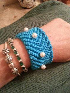 Braccialetto a fascia con applicazioni di perline ... in cotone. ..