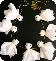 DIY - Easy Ghost Garland (Source : http://peppermintplum.blogspot.fr/2011/09/ghostie-boo-garland.html) #halloween #decor #diy #ghost #garland