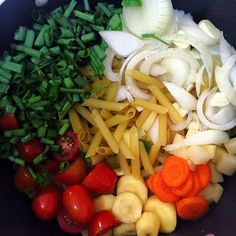 hoje é domingo e domingo é dia de sujar só uma panela no almoço! #onepotpasta One Pot Pasta, Pasta Salad, Ethnic Recipes, Food, Domingo, Meal, Essen, Cold Noodle Salads, Hoods