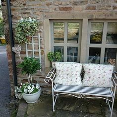 @dressyourhouse Instagram photos | Websta Side Garden, Cottage Front Garden, Shabby, My Ideal Home, Cottage Interiors, Outdoor Living, Outdoor Decor, House Front, Pergola