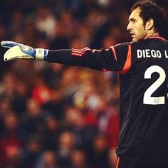 goalkeeper Diego Lopez has agreed terms with the Italian giants to join them. It will be a free transfer according to Real Madrid. Carlo Ancelotti, Real Madrid Goalkeeper, Football Transfers, Latest Football News, Lo Real, Celebrity Wallpapers, Ac Milan, Soccer Players, World Cup