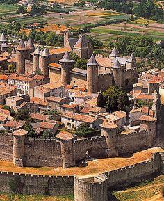 Château Comtal, Carcassonne, Languedoc, France.... http://www.castlesandmanorhouses.com/photos.htm ..... Le château de Raymond Roger Trencavel, vicomte de Carcassonne, Béziers, Albi et le Razès. Il est mort dans sa propre prison ici en 1209, âgée de 24 ans, après avoir été fait prisonnier en vertu d'un sauf-conduit de l'abbé cistercien le légat du pape Arnaud Amaury et chef militaire de la croisade des Albigeois OMS assiégeait Carcassonne.