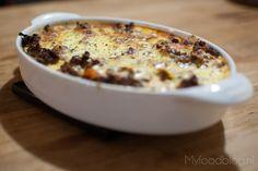 Moussaka is een Grieks gerecht dat lijkt op lasagna. Het is makkelijk zelf te maken met dit recept.