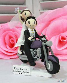 Pastel de cumpleaños, púrpura moto arcilla novios con novia de pie detrás de novio onda su bouquet, muñeca de barro, miniaturas de arcilla