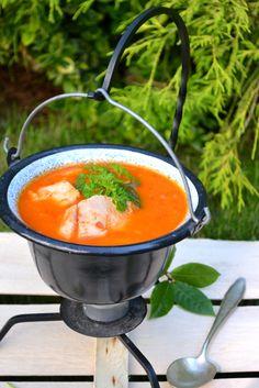 Halászlé. Węgierska zupa rybna.Wspólne gotowanie z Formułą - Węgry Souped Up, Fish Soup, Special Recipes, Finger Foods, Soup Recipes, Food And Drink, Meals, Dinners, Cooking