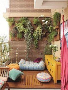 balkonfliesen holz-begrünte wand-bodenkissen sofa