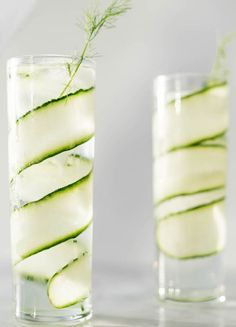 Gin and tonic recipes: 5 new, exciting combinations - The classic: gin and tonic with cucumber! The classic: gin and tonic with cucumber! Tonic Cocktails, Cocktail Drinks, Fizz Drinks, Cocktail Recipes Ginger Beer, Gin Recipes, Whiskey And Ginger Ale, Gin Und Tonic, Christmas Cocktail, Le Gin