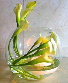 54 New Ideas Wedding Table Centerpieces Fishbowl Calla Lilies Lys Calla, Calla Lillies, Calla Lily Centerpieces, Wedding Table Centerpieces, Unique Flower Arrangements, Flower Vases, Ikebana, Fleur Design, Floating Flowers
