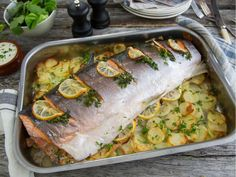 Hel laks med sitron, urter og potetskiver Fish And Seafood, Fresh Rolls, Recipies, Dinner, Ethnic Recipes, Recipe, Recipes, Dining, Food Dinners