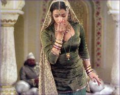 Aishwarya Rai Bachchan in Umrao Jaan Aishwarya Rai Movies, Aishwarya Rai Photo, Aishwarya Rai Bachchan, Pakistani Mujra, Pakistani Outfits, Bollywood Stars, Bollywood Fashion, Muslim Culture, Indian Aesthetic