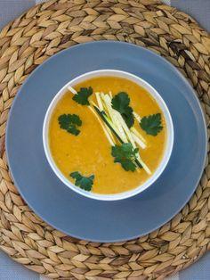 Linzen en rauw courgette soep. 3 kleine wortel (of 3/4 peen) 1 paprika 3 kleine knoflookjes 1/2 chili met of zonder zaadjes ( hoe pittig jij hem wilt) 2 uien 1courgette 4 zongedroogde tomaatjes 1 theelepel gerookte paprika poeder 1 liter heet water 1 bouillonblokje (paddenstoelen) 1 kopje rode linzen 1/2 bosje koriander