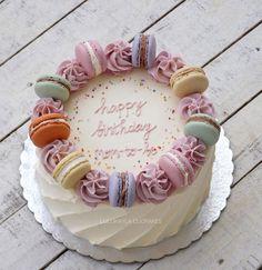 Gâteau au beurre macaron - Kuchen Ideen - gateaux et desserts Bolo Macaron, Macaroon Cake, Pretty Cakes, Cute Cakes, Blueberry Cake, Drip Cakes, Fancy Cakes, Macaroons, Creative Cakes