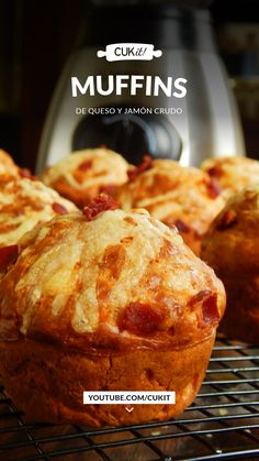 Unos Muffins Salados de Queso y Jamón Crudo que los preparamos íntegramente en nuestra Licuadora! Para unos 9 Muffins necesitás: ✔ Harina Leudante 200 Gr. ✔ Leche 140 Cc. ✔ Aceite 80 Cc. ✔ Huevo 2 u. ✔ Queso 100 Gr. ✔ Jamón Crudo 50 Gr. ✔ Sal 1 Cdita. ✔ Pimienta c/n Cranberry Muffins, Muffins Blueberry, Zucchini Muffins, Morning Glory Muffins, Donut Muffins, Nutella Muffin, Quiches, Green Bean Recipes, Empanadas