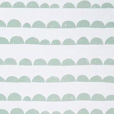 Un papier peint au motif doux et irrégulier qui s'accordera facilement avec tous les styles d'intérieurs... Dimensions : rouleau de 10m, largeur 53cm, intissé.