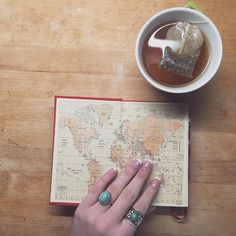 Tee am Morgen vertreibt Kummer und Sorgen  habt einen tollen Tag  #worldmap #bookstagram #teatime #wanderlust by annabchzk