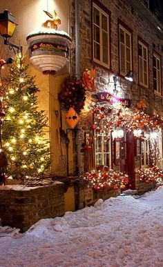 Beautiful christmas street 🎅 What's your favourite country to go at christmas? Christmas In The City, Christmas Mood, Noel Christmas, Christmas Lights, Christmas Decorations, Holiday Decor, Canada Christmas, Quebec City Christmas, Beautiful Christmas Scenes