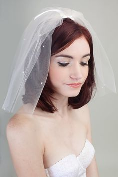 Short 50s style vintage fly away veil