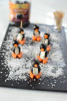 Un apéritif ludique et rigolo Voici une présentation qui fait son effet lors d'un apéro dînatoire. Les enfants seront ravis de croquer un pingouin pour s'amuser, et ils se feront un plaisir de donner un coup de main pour la confection de Special Kids, Caramel Apples, Buffet, Desserts, Parents, Philly Cream Cheese, Salads, Tailgate Desserts, Deserts