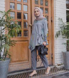 Akhir akhir ini lg seneng make atasan motif got this beautiful cacti top from . Arab Fashion, Muslim Fashion, Modest Fashion, Trendy Fashion, Fashion Outfits, Islamic Fashion, Trendy Style, Girl Fashion, Casual Hijab Outfit