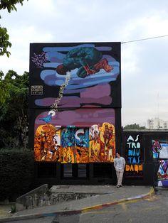 Triángulo Dorado, colectivo formado en 2007, por grandes artistas que se han sumado al movimiento de arte callejero de Buenos Aires. El grupo está formado por tres artistas; Santiago Panichelli aka Nemer-24, Pedro Panichelli aka Hombre Tiki-27 y Francisco Ferreyra aka Lema-27.  Mural: Astronautas Daqui  http://www.triangulo-dorado.blogspot.mx/