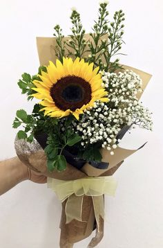 Risultati immagini per aspidistrablad vouwen Single Flower Bouquet, Flower Bouquet Diy, Bouquet Wrap, Gift Bouquet, Flower Vases, Sunflower Arrangements, Sunflower Bouquets, Floral Arrangements, How To Wrap Flowers