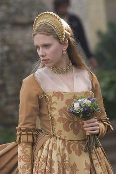 Scarlett Johansson portrays the role of ''Mary Boleyn'' in the film ''The Other Boleyn Girl'' 'Η άλλη ερωμένη του βασιλιά'' a 2008 British-American historical romantic drama film. Tudor Costumes, Period Costumes, Movie Costumes, Mode Renaissance, Renaissance Fashion, Moda Medieval, Medieval Dress, Historical Costume, Historical Clothing