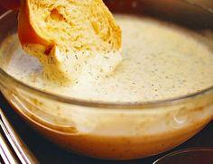Pikantní dresing ze zakysané smetany, majonézy, strouhaného česneku, chilli, petrželky, kopru a citronové šťávy.