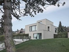 Modern und futuristisch überzeugt das Haus nicht nur mit flachem Dach und Terrassen, sondern auch mit offenem Raumgefüge und einem Ausblick auf die Alpen.
