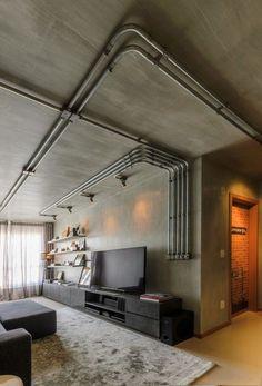 Manter as estruturas à mostra, os conduítes, o concreto e os tijolos é uma característica muito forte destes estilos.