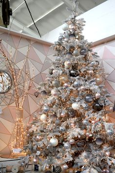 Christmas Tree with a Modern Colour Scheme of Blush Pink, Grey and a Touch of Ro. Christmas Tree with a Modern Colour Scheme of Blush Pink, Grey and a Touch of Ro. Christmas Tree Colour Scheme, Rose Gold Christmas Tree, Rose Gold Christmas Decorations, Christmas Tree Inspiration, Beautiful Christmas Trees, Colorful Christmas Tree, Christmas Tree Themes, Modern Christmas, Christmas Tress Decorated