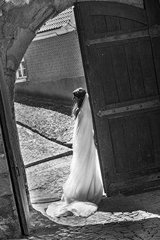 Véu comprido a acompanhar a cauda do vestido de noiva. Portfólio D-Studios - Casamentos