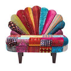 Upea väri ja pehmeys, ylpeä riikinkukko on innoittanutselkänojan suunnittelussa, tässä upeassa Peacock Velvet -nojatuolissa. Ehdottomasti vaikuttava ja upeita festivaali värejä. Huippu tyylikkääteriväriset kuvioidut elementit selkänojassa sekä tyylikäs sametti tarjoavat loistoa ja hohtoa. Laadukas täyte tarjoaa miellyttävän istumakokemuksen. Tummat jalat on tehty hienosta mango puusta. Tämä tuoli on suunnittelun helmi, se onelegantti ja tyylikäs persoonallisella tavalla.