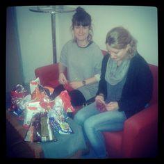 Kim und Antonia haben fleißig Adventskalender für unser epubli Büro gebastelt :)