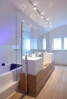 design de la salle bain moderne avec plafonnier orientable