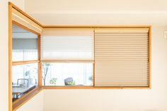 【EcoDecoスタッフ岡野の自邸リノベーション】寝室がリビングに面しているため、光の入りを調節できるプリーツスクリーンを設置した。これがあれば夜もぐっすり眠れそう。#内窓 #寝室 #プリーツスクリーン #EcoDeco #エコデコ #インテリア #リノベーション #renovation #東京 #福岡 #福岡リノベーション #福岡設計事務所 Roman Shades, Windows, Curtains, Home Decor, Blinds, Decoration Home, Room Decor, Draping, Home Interior Design