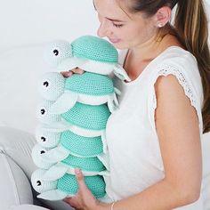 Noch schnell ein Gruppenfoto bevor sich die ersten Schildkröten auf die Reise machen #spieluhr #häkelliebe #crochetturtle #amigurumitoy #amigurumi #schildkröte #turtle #baby #crocheting #crochetaddicted Pattern @vibemai Crochet Pattern Free, Crochet Patterns, Crochet Round, Crochet Baby, Doily Rug, Small Blankets, Different Stitches, Knitting For Beginners, Learn To Crochet