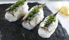 Nigiri sushi er kanskje mest kjent som en risball med en skive laks på toppen, men den kan varieres. I denne oppskriften er risen toppet med sardiner og gressløk.