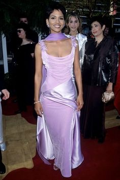 1996 - If you ever wondered what Halle Berry wore to her first Oscars –– here it is!) Halle Berry photographed at the Academy Awards, circa Found here. Estilo Halle Berry, Halle Berry Style, Iconic Dresses, Oscar Dresses, Prom Dresses, Formal Dresses, Elisabeth Shue, Goldie Hawn, Emma Thompson