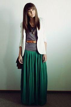 プリーツのマキシ丈スカートに注目!秋はレザージャケットやファーとのコーデが人気。