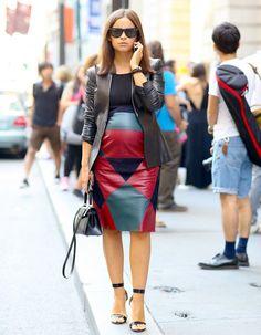 Cible préférée des photographes de street style, Miroslava Duma est devenue au fil des saisons une véritable icône de mode. Enceinte cette saison, elle se montre glamour avec un ventre bien arrondi. La preuve par ces trois trois looks. http://www.elle.fr/Mode/Les-news-mode/Autres-news/Miroslava-Duma-enceinte-et-glamour-a-la-Fashion-Week-de-New-York-2770784