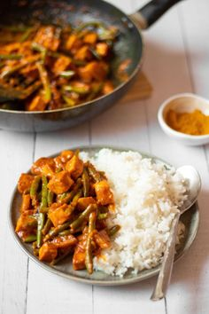 This vegan green bean curry is an easy, nutritious and hearty dinner recipe! Comforting, but healthy, high-protein and full of flavor! Vegan Recipes Beginner, Vegan Lunch Recipes, Veg Recipes, Vegan Dinners, Healthy Dinner Recipes, Whole Food Recipes, Green Bean Curry, Beans Curry, Green Bean Recipes