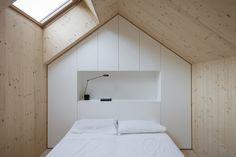 Le cabinet d'architecture Slovène Dekleva Gregorič Arhitekti, signe la réalisation de cette maison familiale compact composée de pierre et de deux volumes de bois insérés à l'intérieur …