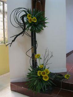Contemporary Flower Arrangements, Creative Flower Arrangements, Ikebana Flower Arrangement, Fresh Flowers, Flower Designs, Special Occasion, Bamboo, Bouquet, Gardening