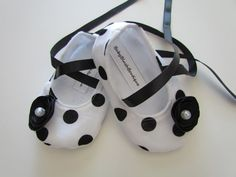 So adorable! Black & White Polka Dot Baby Shoes  Soft by babyblushboutique, $20.00