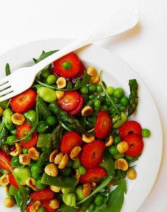 Insalata primavera di verdura e frutta con nocciole e vinaigrette alle fragole e vaniglia   cotto e crudo
