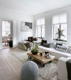 全体的にホワイトが基調のリビングルーム。色味は抑えていますが、クッションのデザインや星の飾りなどで、個性を発揮しています。