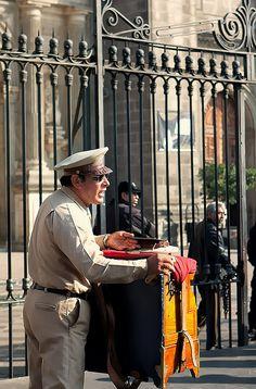 Organillero afuera de la Catedral Metropolitana Ciudad de Mexico...