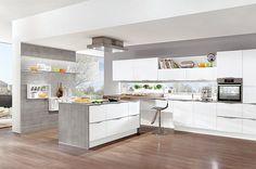 Ruime witte keuken in T-vorm - Afbeelding 1 van 4